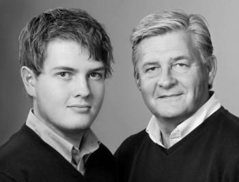 Porträttfoto av far och son.