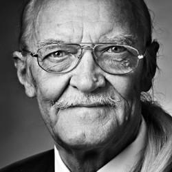 porträttfot i studio på äldre man