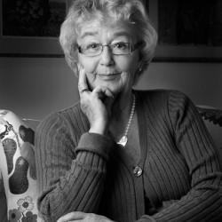 porträttfoto äldre dam i hemmiljö
