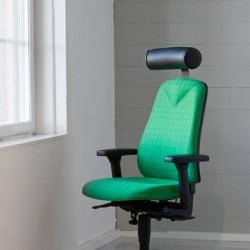Produktfoto med kontorsstol i ljus miljö.