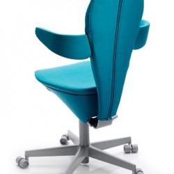 Produktfoto av turkos kontorsstol på hjul. Stolen står på ett blankt vitt golv.