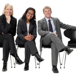Företagsporträtt med tre anställda. En tom stol för att symbolisera att dom ska rekrytera ny personal.