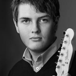 portattfoto-ung man -gitarr